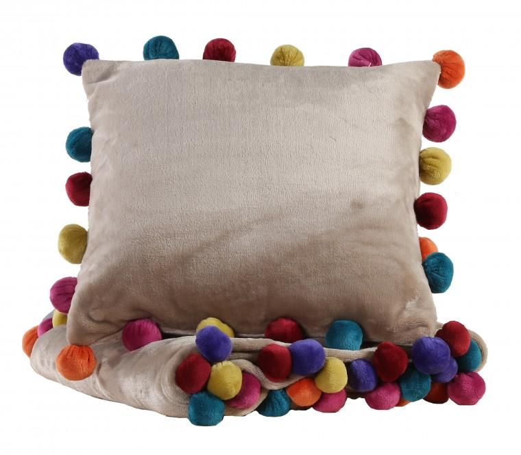 """Ριχτάρι & διακοσμητικό μαξιλάρι """"Pom Pom"""" Από €21 και €15 αντίστοιχα"""