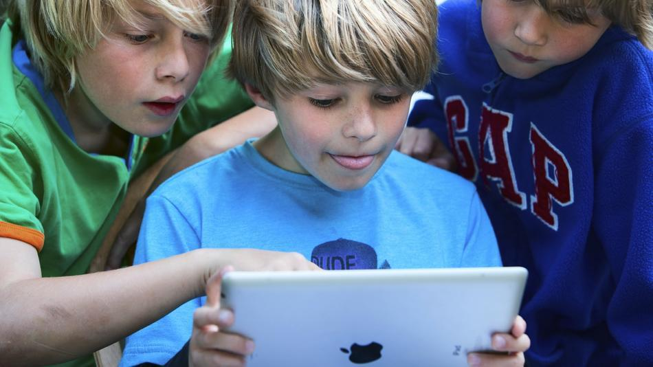 Kids-Reading-a-Tablet