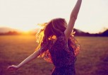 dancing-woman-sunset-sunshine-happiness-prezent-moment-now