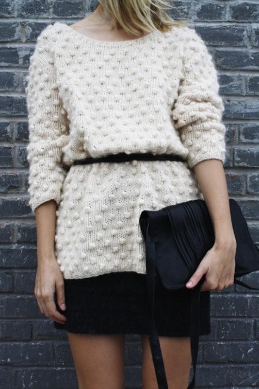 Φορέστε το αγαπημένο σας πουλόβερ με φούστα και λεπτή ζώνη, τονίζοντας το πιο λεπτό σημείο της μέσης