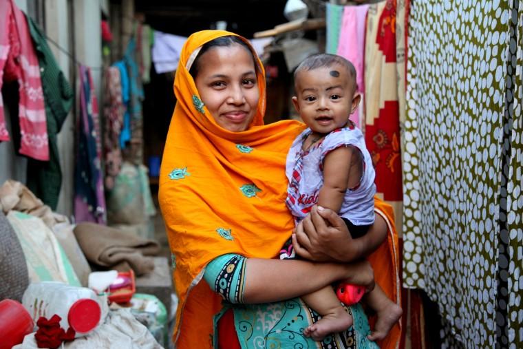 Απρίλιος 2014 - Η Nazma αγκαλιά με τον μικρό Zunaid Φωτογραφία: Tanveer Khan/ ActionAid