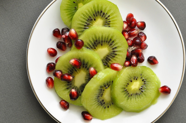 kiwi-slices-with-pom-seeds_620px
