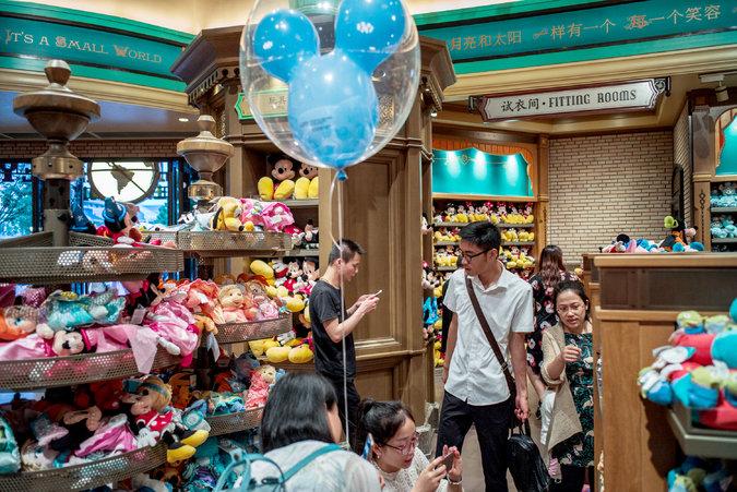 15chinadisney-shopping-master675