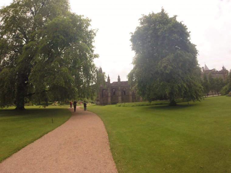 Στο βασιλικό κήπο του παλατιού Hollyrood με το διαλυμένο αβαείο στο βάθος.