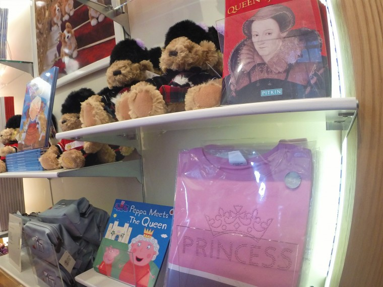 God save the queen παντού ακόμα και η Πέππα την συναντά στο μαγαζί του Παλατιού του Hollyrood.