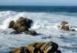 θάλασσα με κύμα και βράχια