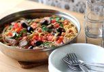 Μακαρόνια με ελιές, αρακά και τόνο