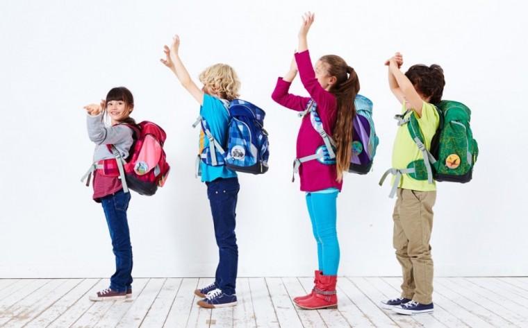 παιδιά και σχολικές τσάντες