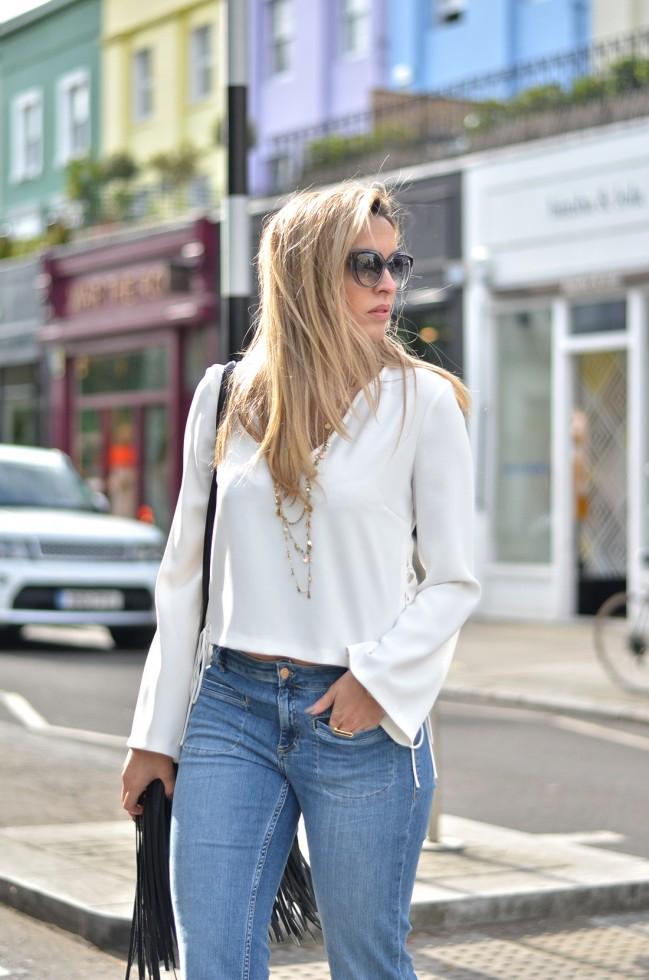 Μια λευκή μπλούζα και ένα ψηλόμεσο παντελόνι-καμπάνα