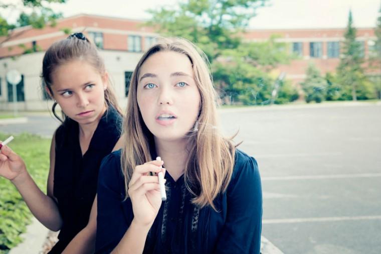 κορίτσια καπνίζουν