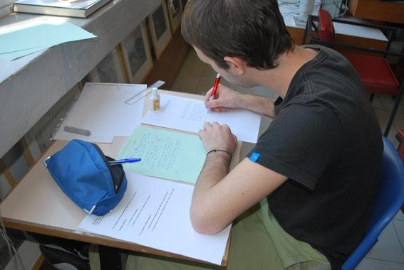 μαθητής γράφει έκθεση