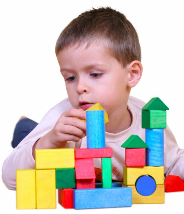 παιδί παίζει με τα τουβλάκια