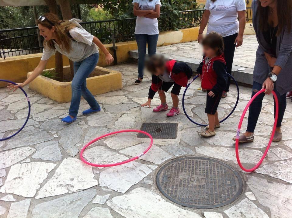 παιδιά παίζουν με κρίκους