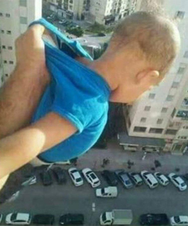 πατέρας κρατάει παιδιί στον αέρα