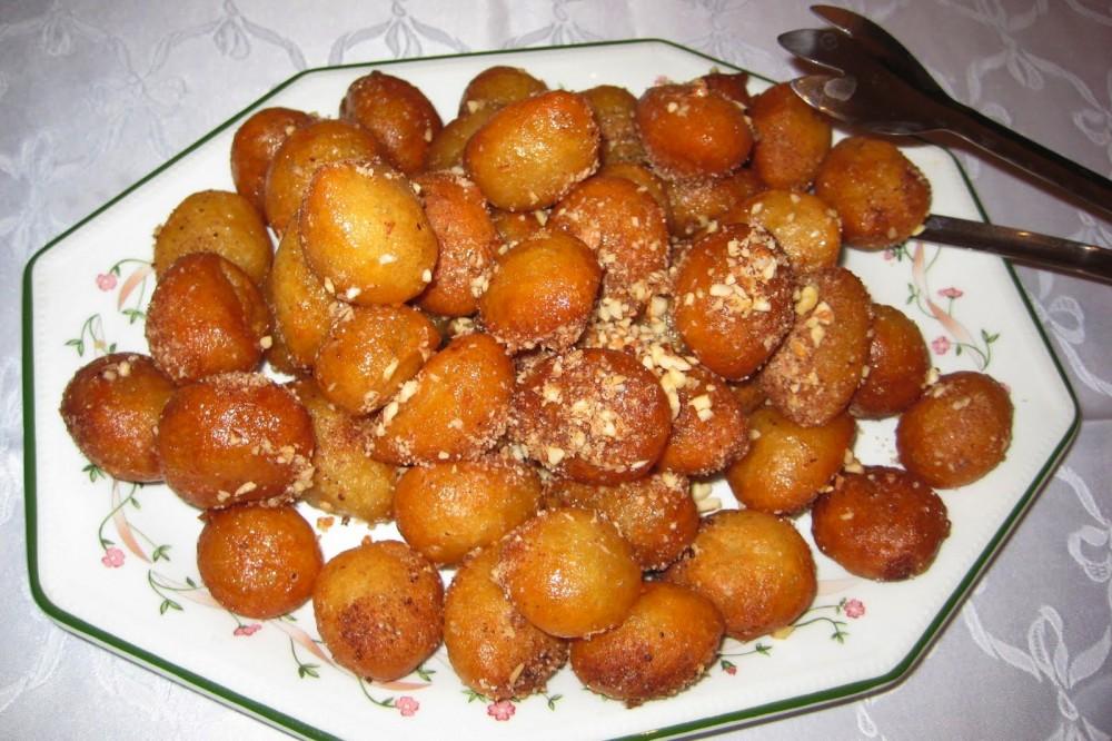 Λουκουμάδες με μέλι και τριμμένα καρύδια