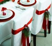 Άποψη στολισμού καρέκλας με κόκκινη κορδέλα και κλωναράκι από έλατο!