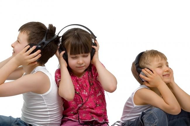 Children_Listening_To_Music_1256226