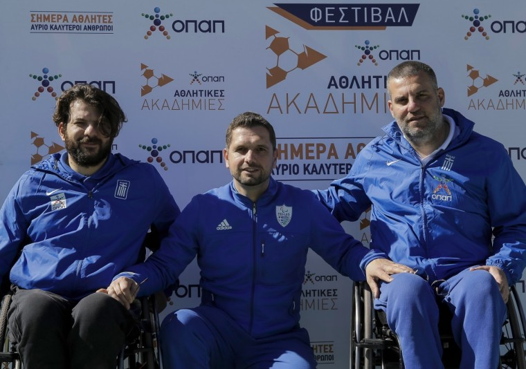 Μείνως Σταμάτης (αριστερά) & Γιώργος Λαζαρίδης (δεξιά) Αθλητές στο Τένις με αμαξίδιο Βασίλης Καλύβας - Τεχνικός της Ελληνικής Παραολυμπιακής Επιτροπής