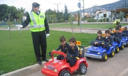 Μαθήματα οδηγικής ασφάλειας στο πάρκο κυκλοφοριακής αγωγής στην Πάτρα