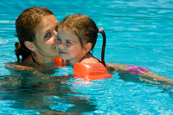 mom-daughter-swimming-pool