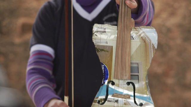 Παιδιά παίζουν κλασσική μουσική με όργανα κατασκευασμένα απο σκουπίδια!