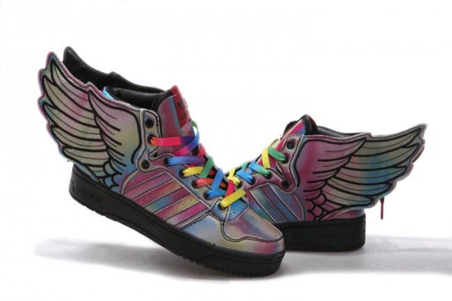 Πρόκειται για ένα sneaker με μεταλλικές αποχρώσεις του ουράνιου τόξου και  φυσικά τα γνωστά φτερά σε κάθε του πλευρά. cd11ef2cb3c