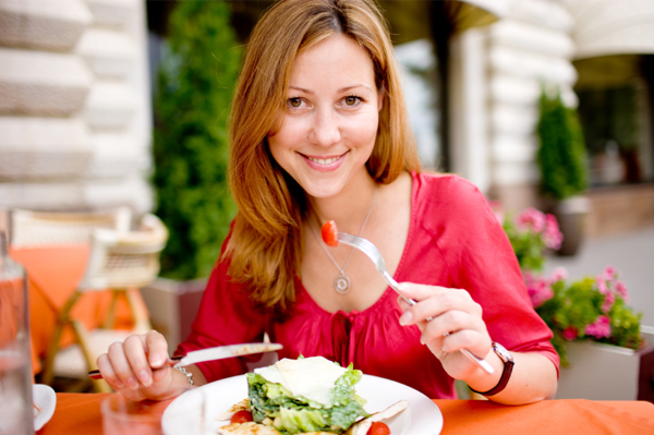 woman-eating-salad-at-cafe