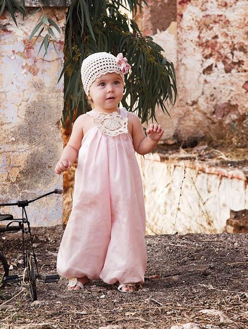 38fd777164c0 Δείτε όμως και αυτό το ιδιαίτερο βαπτιστικό φόρεμα του Babydream.gr! Σα να  βγήκε από παραμύθι! Είναι σε λευκό – μπεζ συνδυασμό