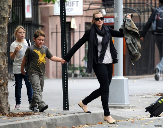 -Picking-up-kids-from-school-kate-winslet-16579070-1500-1183