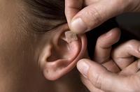 τοποθέτηση βελόνας στο αυτί