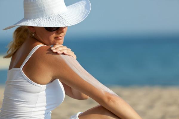 applying-sunscreen (1)