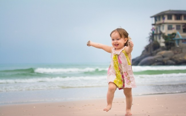 nature beach sea happy kids children smiles happiness running 2560x1600 wallpaper_www.wallpaperfo.com_39