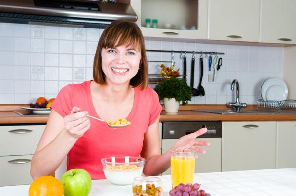 woman-eating-healthy-breakfast
