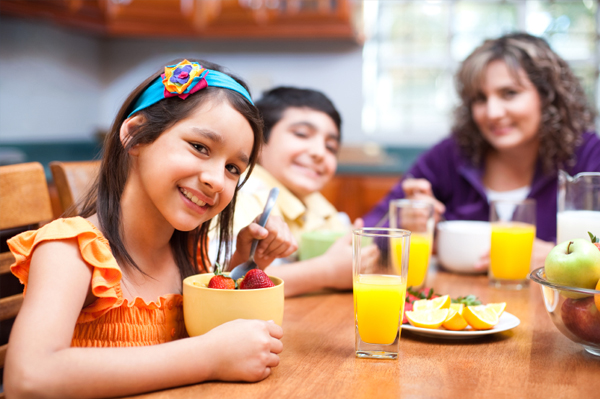 kids-eating-breakfast-with-mom