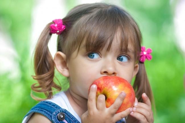 flowers blue eyes kids apples eating portraits 7776x5184 wallpaper_www.wallmay.net_9