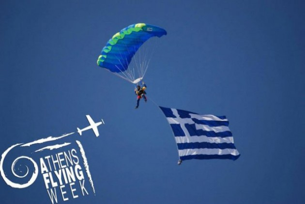 phoca_thumb_l_parachuters-with-greek-flag