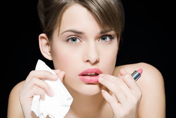 maquillage-1-woman-applying-lipstick_217