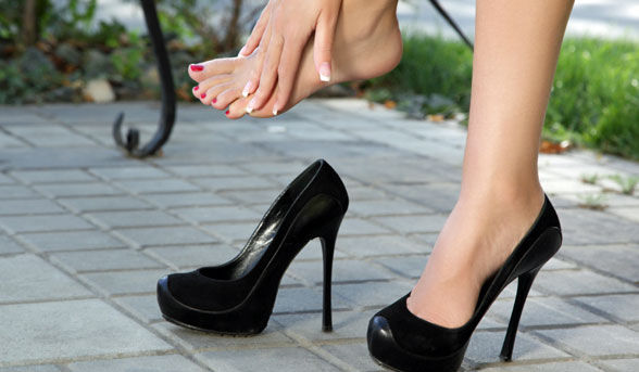 woman-in-pain-after-wearing-high-heels_article_new