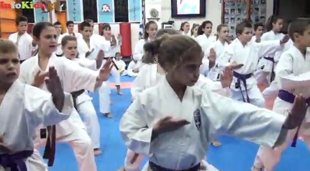 Μικροί καρατέκα παραδίδουν μαθήματα άμυνας