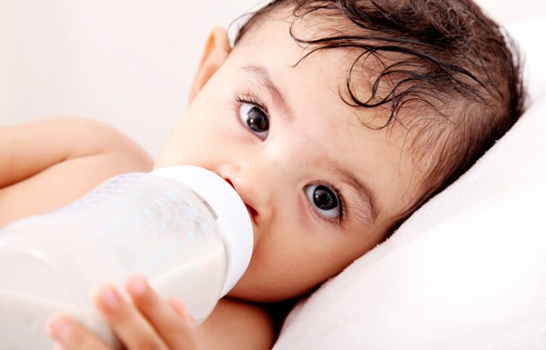 baby-drinking-bottle-600x385