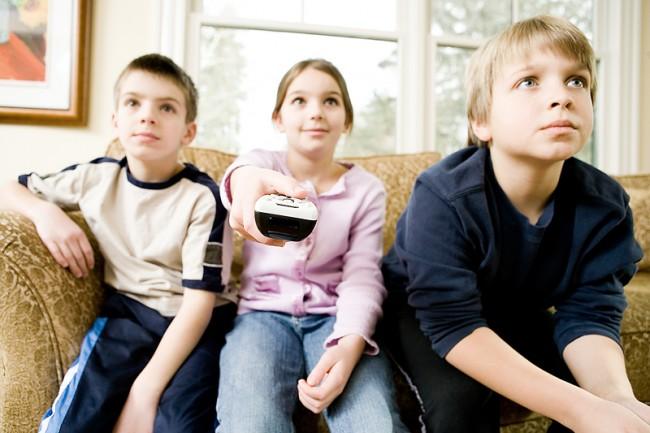 Βλαβερή η παρακολούθηση τηλεόρασης για τον εγκέφαλο των παιδιών