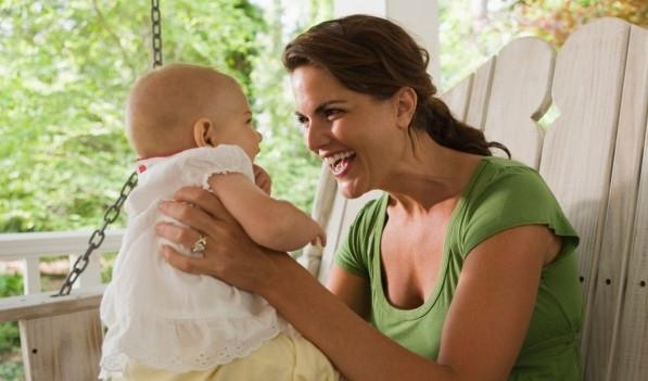 Συμβάλλετε στη γλωσσική ανάπτυξη του μωρού σας μιλώντας τη γλώσσα του