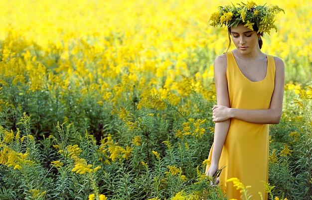 cleveland-fashion-photographer-yellow-goldenrod-field