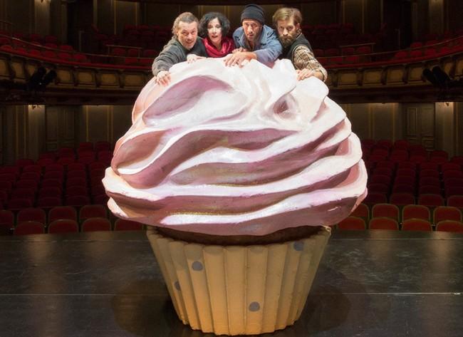 Το «Κέικ» που αναστατώνει μία ολόκληρη πολυκατοικία στο Εθνικό Θέατρο