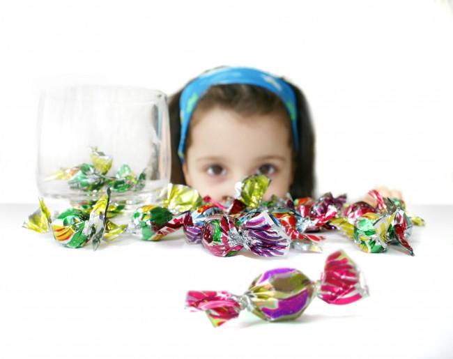 Το άγχος και οι καβγάδες ωθούν το παιδί στην υπερβολική κατανάλωση γλυκών