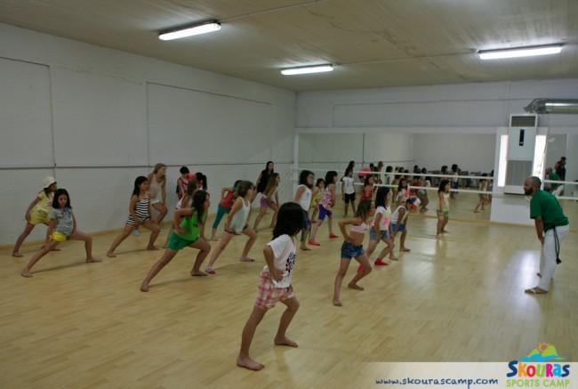 30ad9f03e18 Τα παιδιά ξαναζούν τη μαγεία του χορού στην αθλητική κατασκήνωση ...