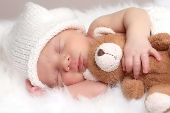 Very-Small-Cute-Baby-Sleeping-With-Teddy-Bear-Wallpaper