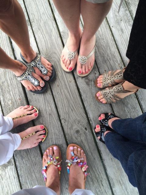 Greek-sandals.com: Τρυπώσαμε στο εργαστήρι και είδαμε πώς φτιάχνονται τα διάσημα χειροποίητα σανδάλια