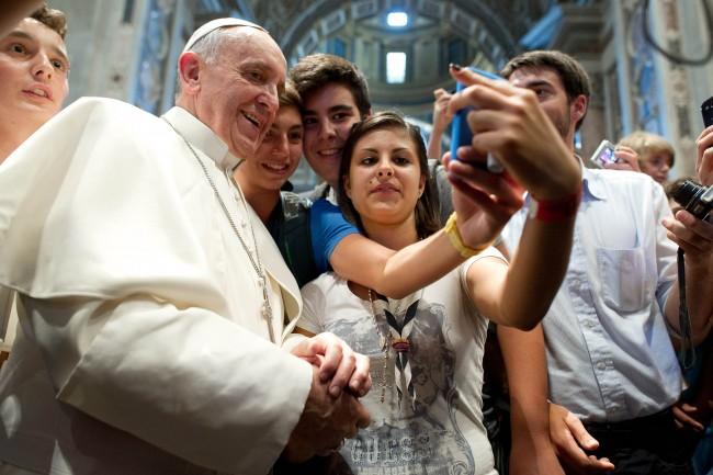 «Μην αναλώνεστε σε online συζητήσεις και μην το παρακάνετε με τα smartphones σας» συμβουλεύει τους νέους ο Πάπας Φραγκίσκος