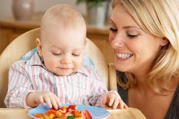baby-eating-fruit-vegetables